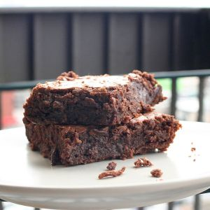 599px-Brownie_with_crumbs_on_plate wikimedia